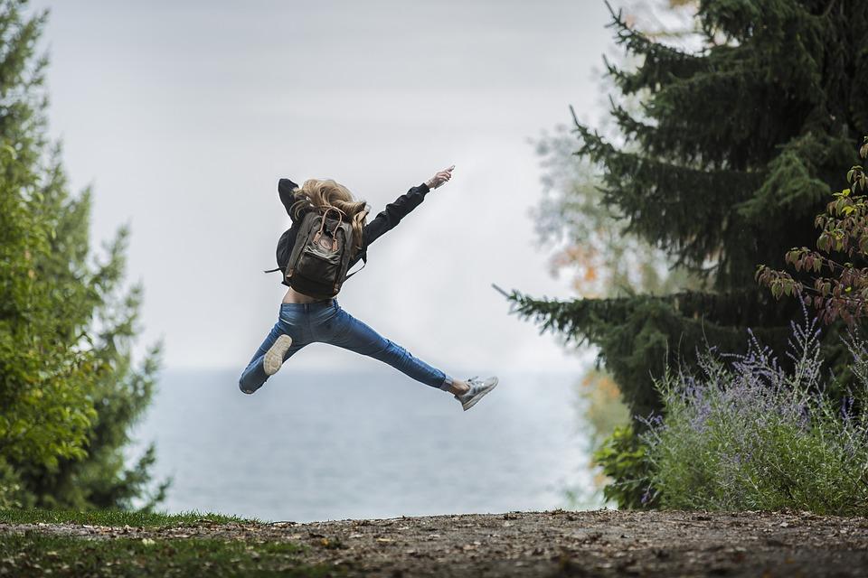hoppende pige på vandretur