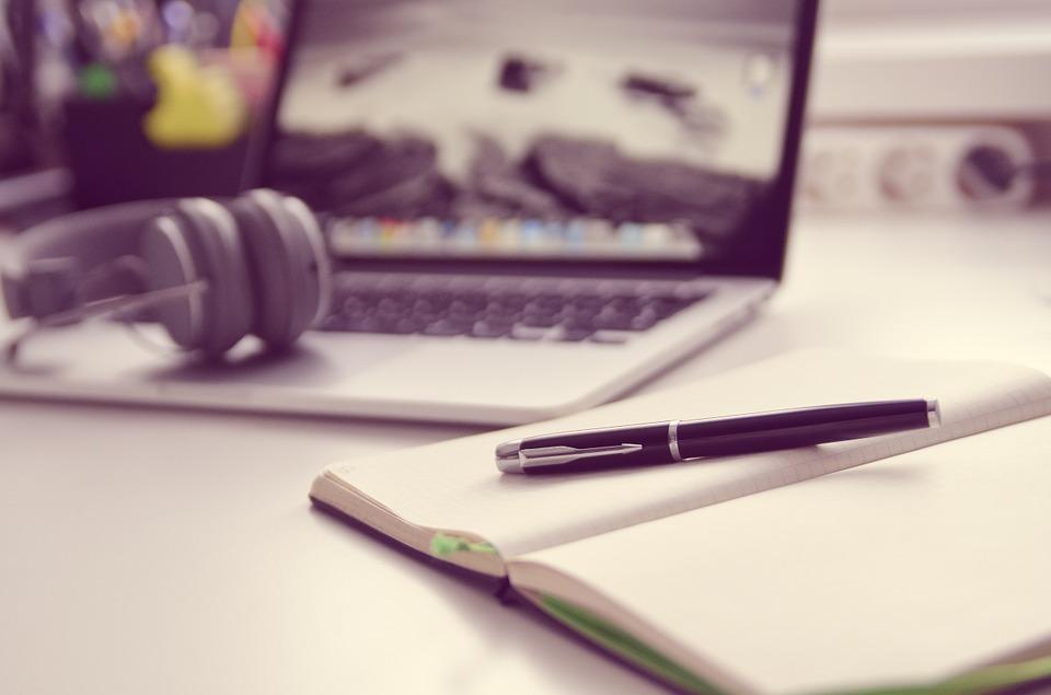 skrivebord med elektronik