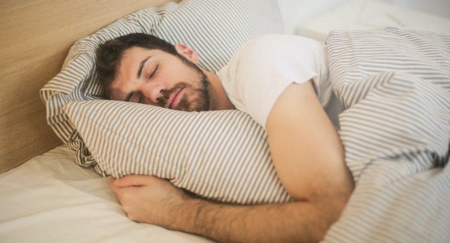 Mand sover godt i seng